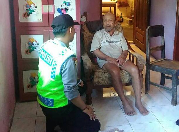 Brigadir.Anton Isfianto Bhabikamtibmas Kel. Temas Polsek Batu Kota Polres Batu DDS Kepada Warga yang Sakit