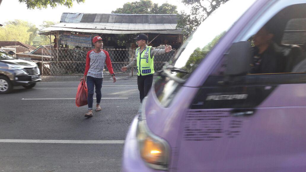 Anggota Polsek Junrejo Polres Batu Lakukan Poros Pagi Rutin Guna Tingkatkan Pelayanan Prima Kepada Masyarakat Yang Melaksanakan Kegiatan Di Pagi Hari