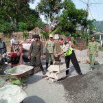Bhabinkamtibmas Wiyurejo Polsek Ngantang Polres Batu Bersama Warga Pengecoran Bahu Jalan