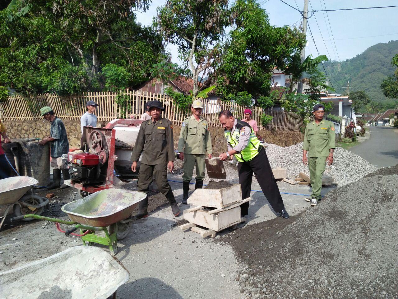 Bhabinkamtibmas Desa Waturejo Polres Batu Membantu Dalam Pengecoran Bahu Jalan Bersama Linmas