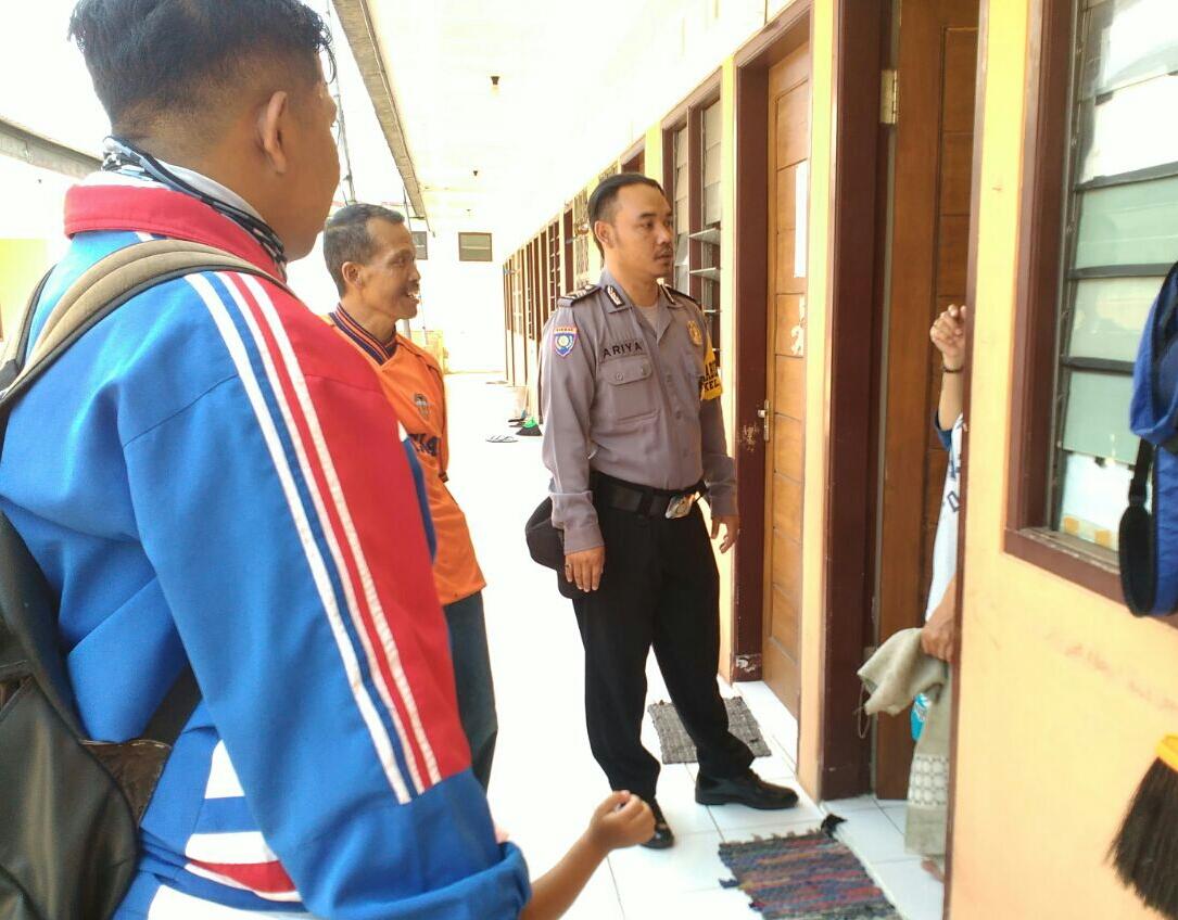 DDS BHABIN KEL NGAGLIK POLSEK BATU KOTA SAMBANG DAN BERKUNJUNG KE TEMPAT KOS