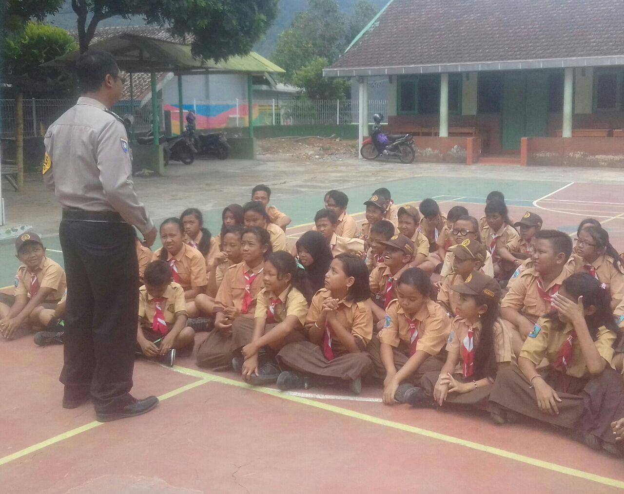 Polres Batu Berikan Sosialisasi Ke Siswa SD Negeri Songgokerto 02 Guna Antisipasi Tindak Penganiyaan Anak