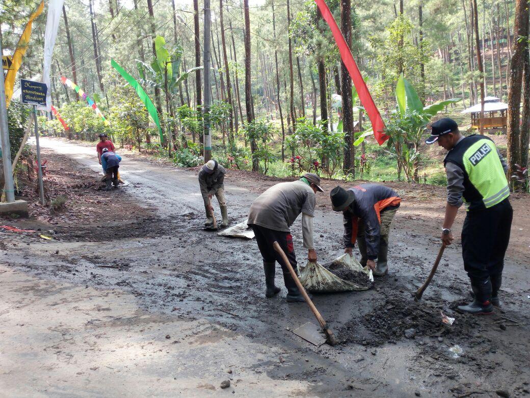 Bhabinkamtibmas Polres Batu Kerja Bakti Membersihkan Jalan Pasca Banjir Di Desa Bendosari