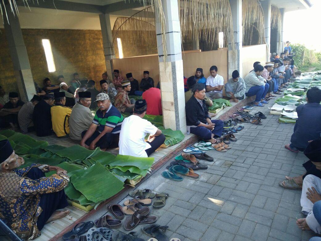 Anggota Bhabinkamtibmas Polsek Bumiaji Polres Batu Hadiri Selamatan Warga Binaanya Untuk lebih Dekat Dengan Warganya