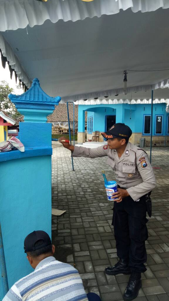 Bhabinkamtibmas Desa Mulyorejo Polres Batu Ikut Melaksanakan Kerja Bakti Pengecatan Kantor Desa Mulyorejo