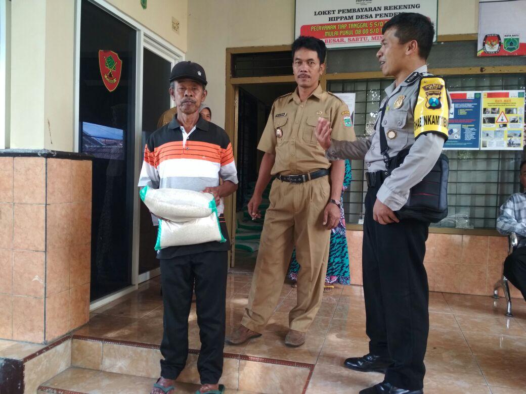 Bhabinkamtibmas Desa Pendem Melaksanakan Giat Silaturahmi dan DDS ( door to door sistem ) Ke Kepala Desa di  Balai Desa Pendem serta Pendampingan Pembagian Sembako