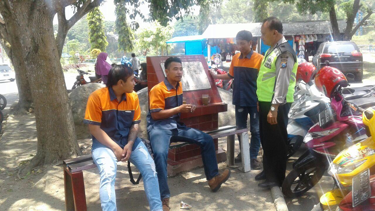 Anggota Polsek Ngantang Polres Batu Laksanakan Patroli Dialogis dalam rangka mendukung Ops.Bina Kusuma di Tempat Wisata Selorejo