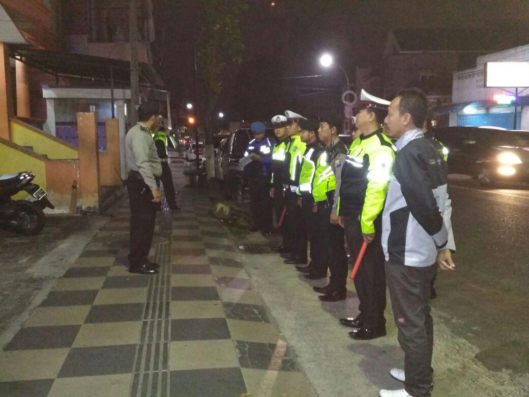 Anggota Polres Batu Laksanakan Pengamanan Imam Mesjidil Haram Mekkah Tauziyah di Mesjid At-taqwa Jalan Diponegoro Kota Batu