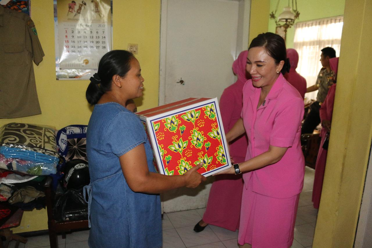 Dalam Rangka HKGB Ke 65 Ketua Bhayangkari Cabang Batu Berkunjung Ke Warakawuri Usia Lanjut