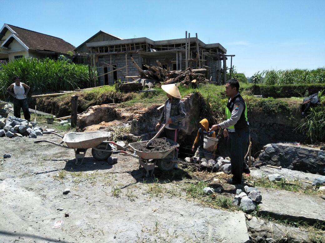Anggota Bhabinkamtibmas Polres Batu Mengikuti Giat Kerja Bakti Bersama Warga