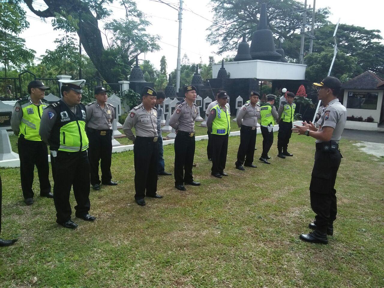 Anggota Polres Batu Ikut Melaksanakan Pengamanan Kegiatan Kirab Tumpeng Pendem, Kota Wisata Batu