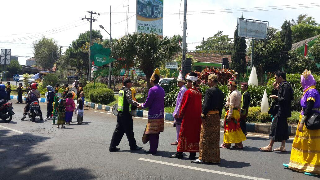 Bhabinkamtibmas Polsek Batu Polres Batu Pengamanan Karnaval Bersih desa Kelurahan Temas