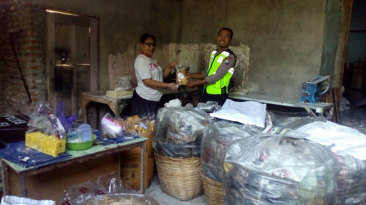 Bhabinkamtibmas Polsek Kasembon Polres Batu Melaksanakan Tatap Muka Dengan Para Pengrajin Makanan