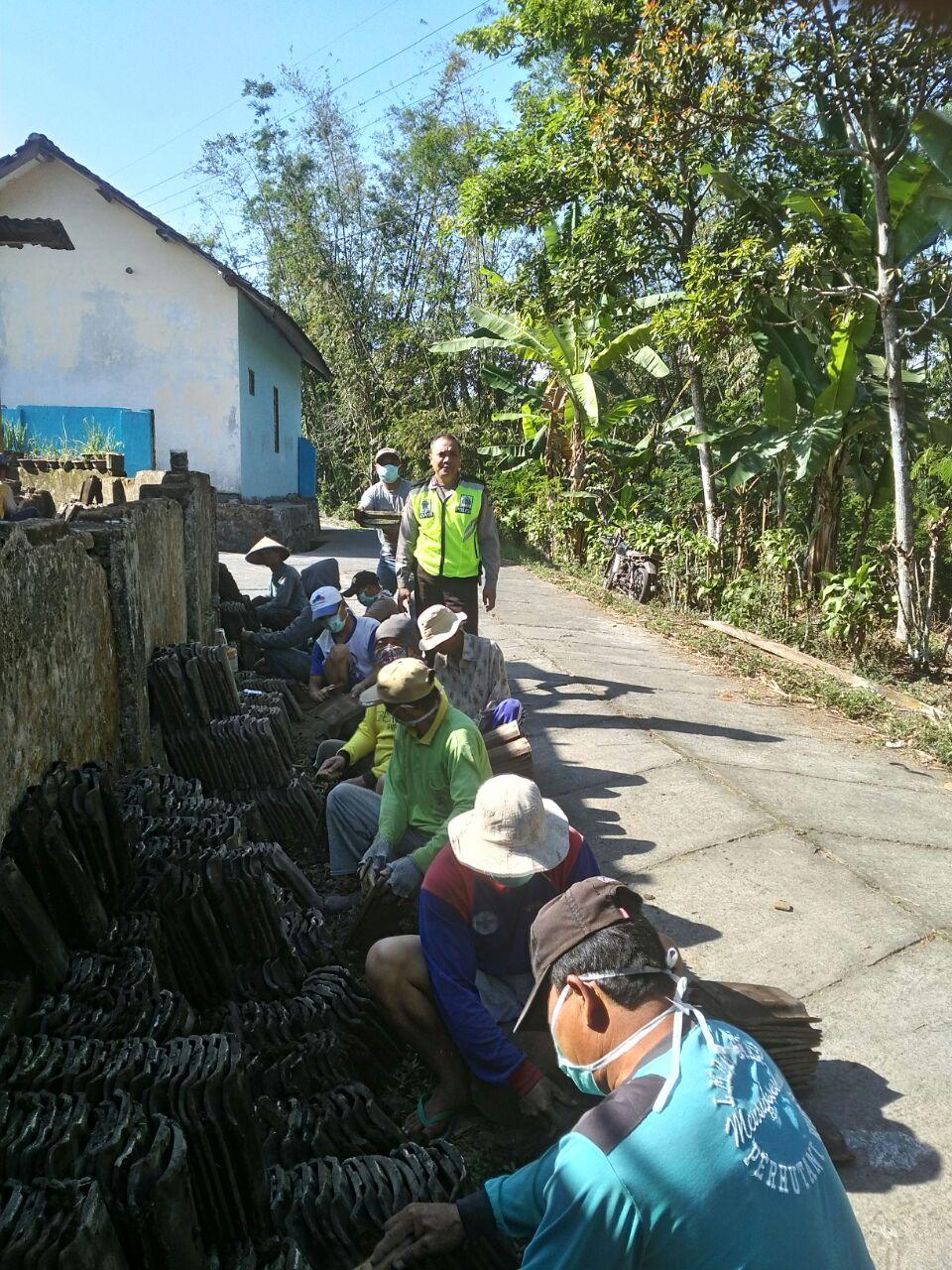 Bhabinkamtibmas Desa Sidodadi Polres Batu Melaksanakan Kerja Bakti Bedah Rumah Warga Dusun Sekar
