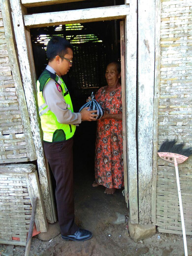 Bhabinkamtibmas Desa Pagersari Polres Batu Melaksanakan Giat DDS Berkunjung ke Rumah Warga dan Beri Sembako