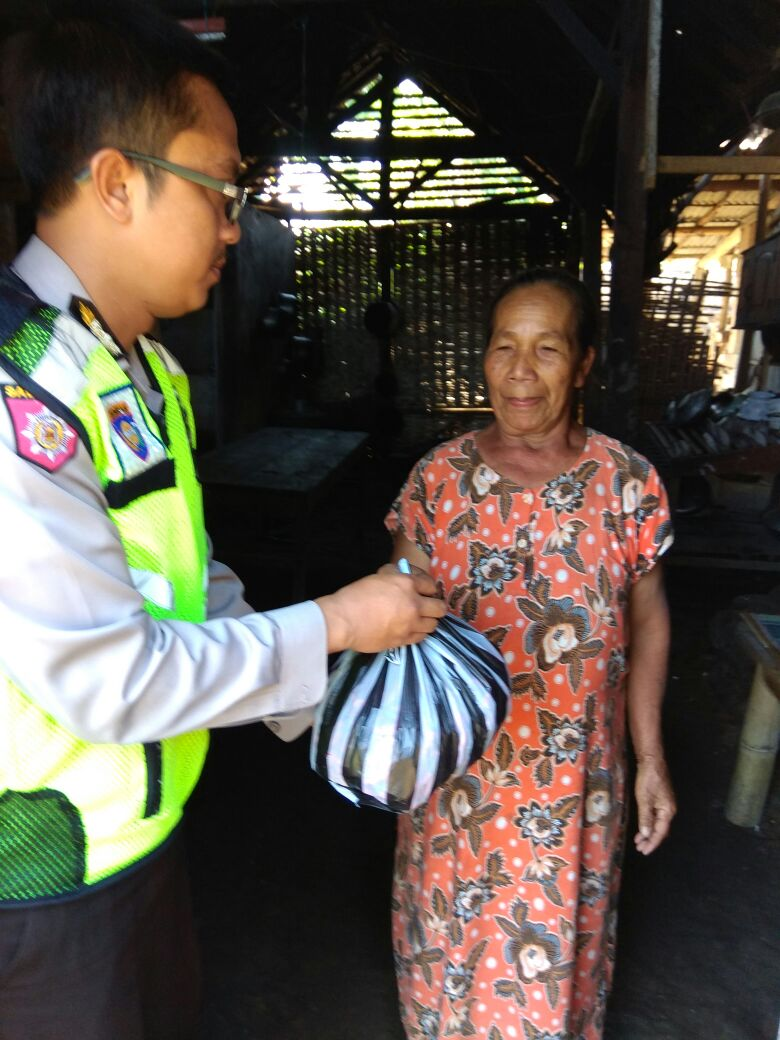 Bhabin pagersari Polsek Ngantang Polres Batu Melaksanakan DDS berkunjung Kerumah Warga Membawa Sembako