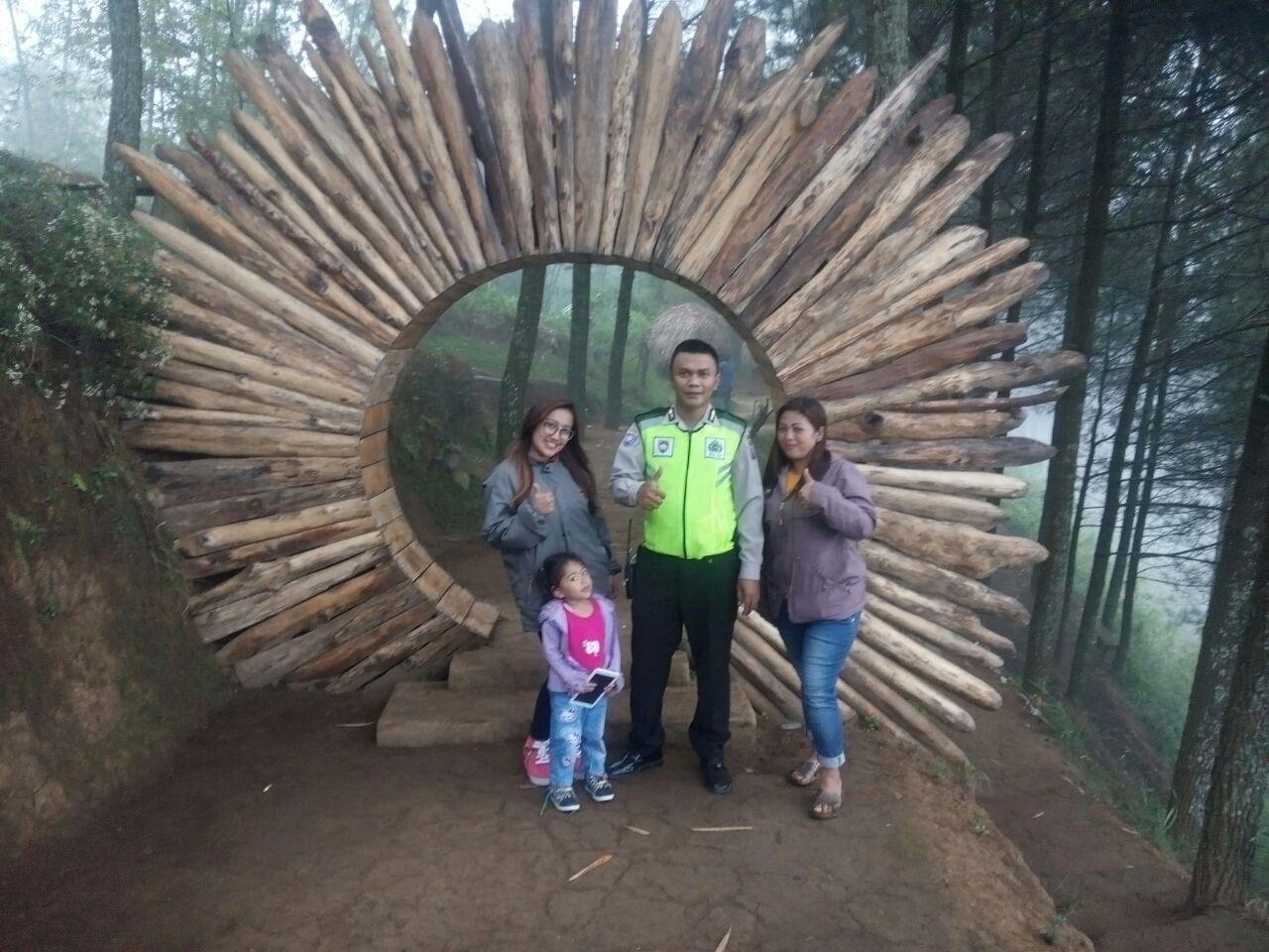 DDS Bhabin Polsek Bumiaji Polres Batu Berkunjung Ke tempat Wisata Gua Pinus