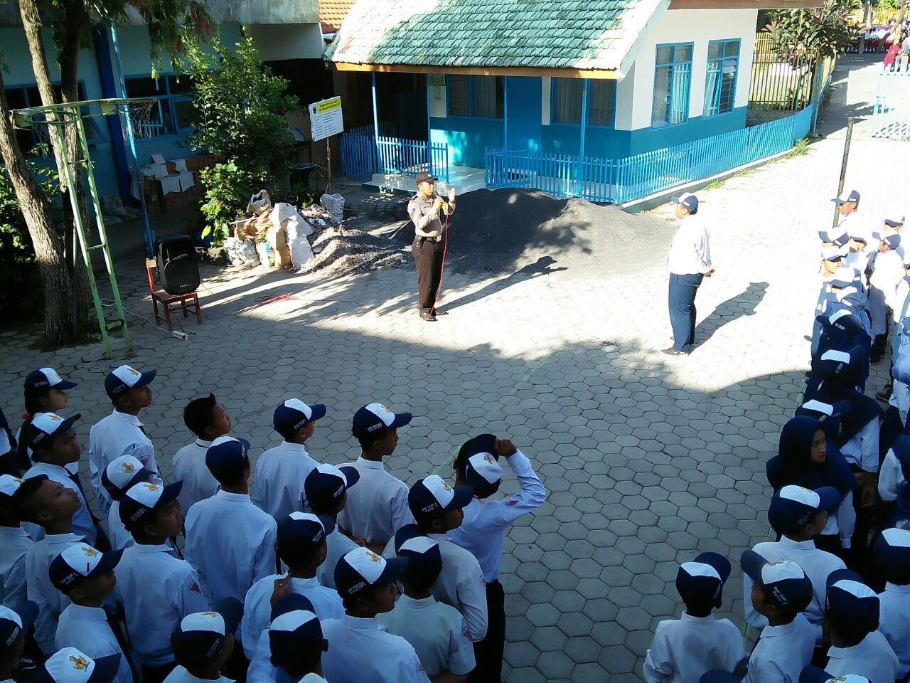 Bhabin Polsek Batu Polres Batu Pembina Upacara di SMP Pegri 01 Batu