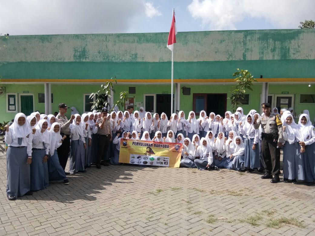 Kanit Binmas Polsek Junrejo Polres Batu menjadi Inspektur Upacara di SMK Amanah Husada Junrejo