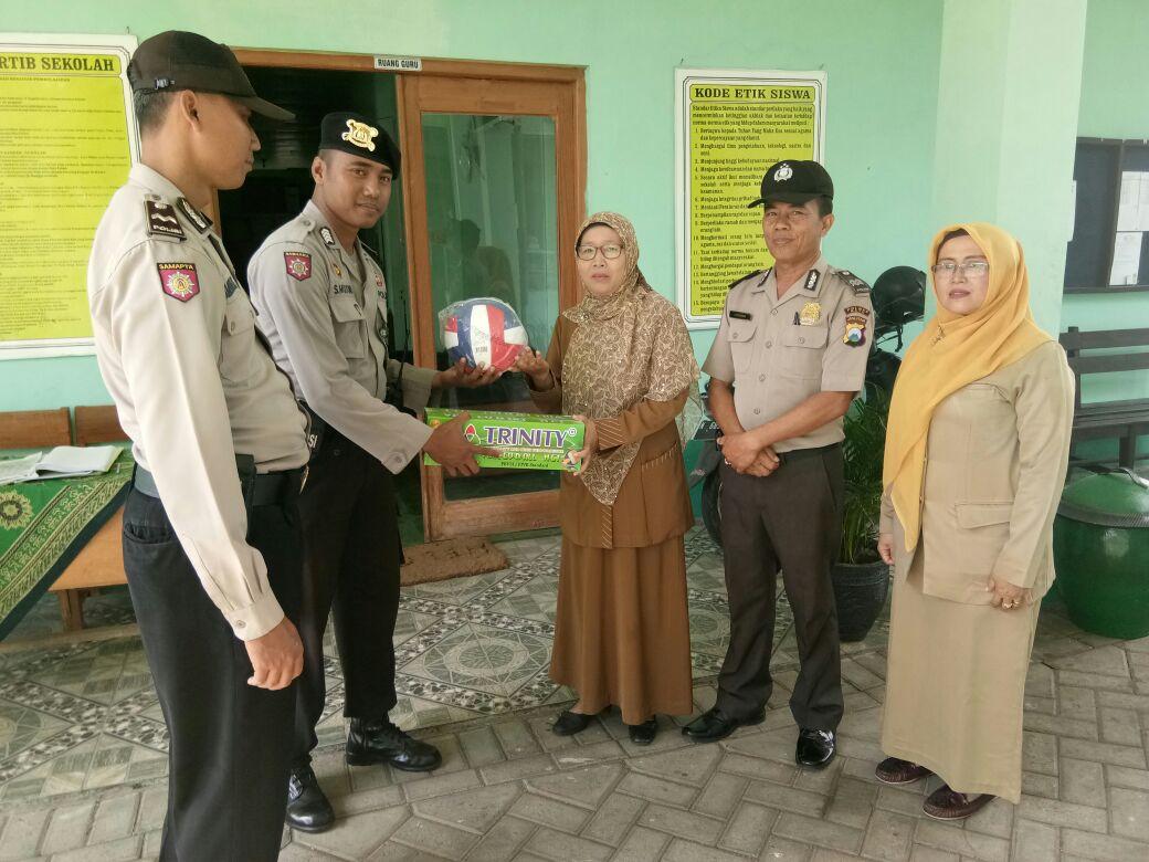 Kanit binmas polsek junrejo polres Batu menjadi Inspektur Upacara di SMK Amanah Husada Junrejp kota Batu.