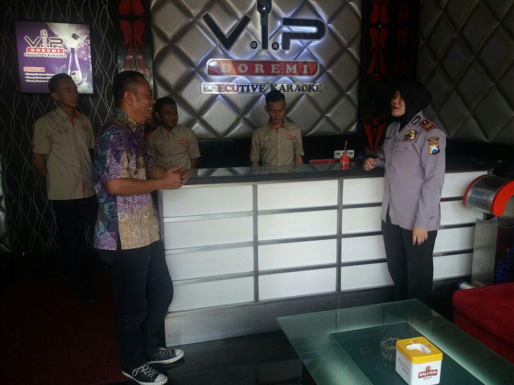 Kasat Binmas Polres Batu Binluh Kepada Pengelola Karaoke Doremi VIP Dalam Rangka Ops Bina Kusuma Semeru II 2017