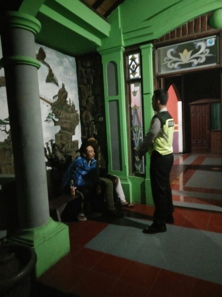 Anggota Bhabinkamtibmas Desa Pandanrejo Polsek Bumiaji Polres Batu melaksanakan patroli dan binluh terhadap pengelola dan security tempat hiburan karaoke Jember Indah di Desa Pandanrejo Kec. Bumiaji.