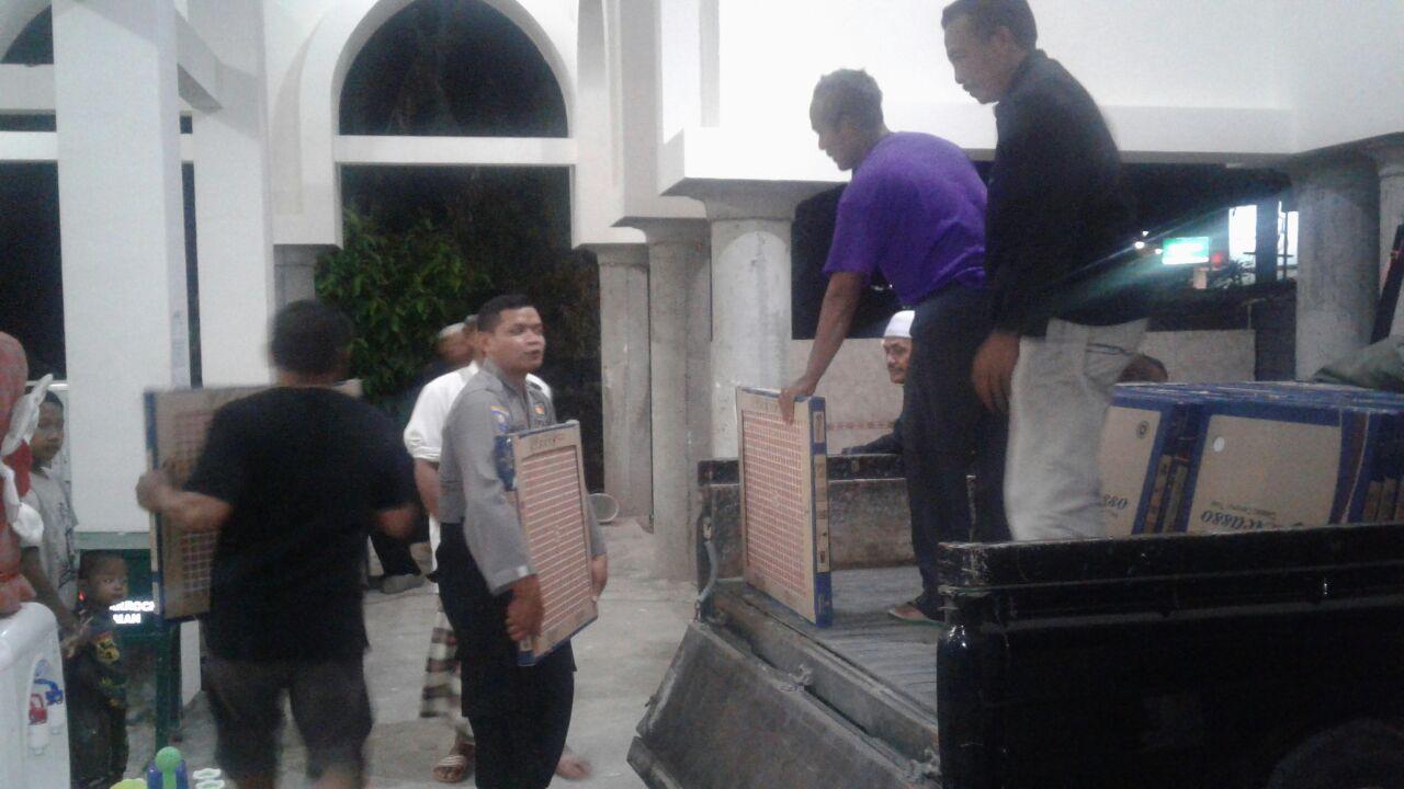 anggota Bhabinkamtibmas Desa Mulyorejo Polres Batu Gotong Royong bersama Warga Dusun Maron membangunan Masjid