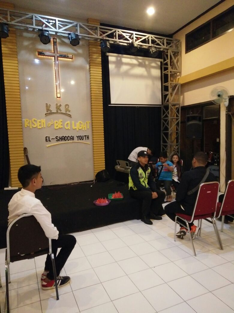 Polsek Bumiaji Polres Batu Melaksanakan Pengamanan Kegiatan Kebaktian Kebangunan Rohani di Gereja Pantekosta Desa Pandanrejo Bumiaji