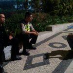 Laksanakan kegiatan Wajib Kunjung Warga , anggota Bhabinkamtibmas Polsek Batu Kota Polres Batu Bagikan Kartu Pintar Reaktif