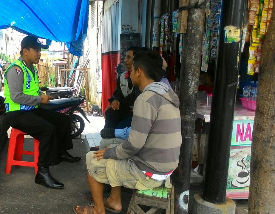 Bhabin Polsek Batu Polres Batu Blusukan ke Pedagang Pasar Sampaikan Pesan Kamtibmas