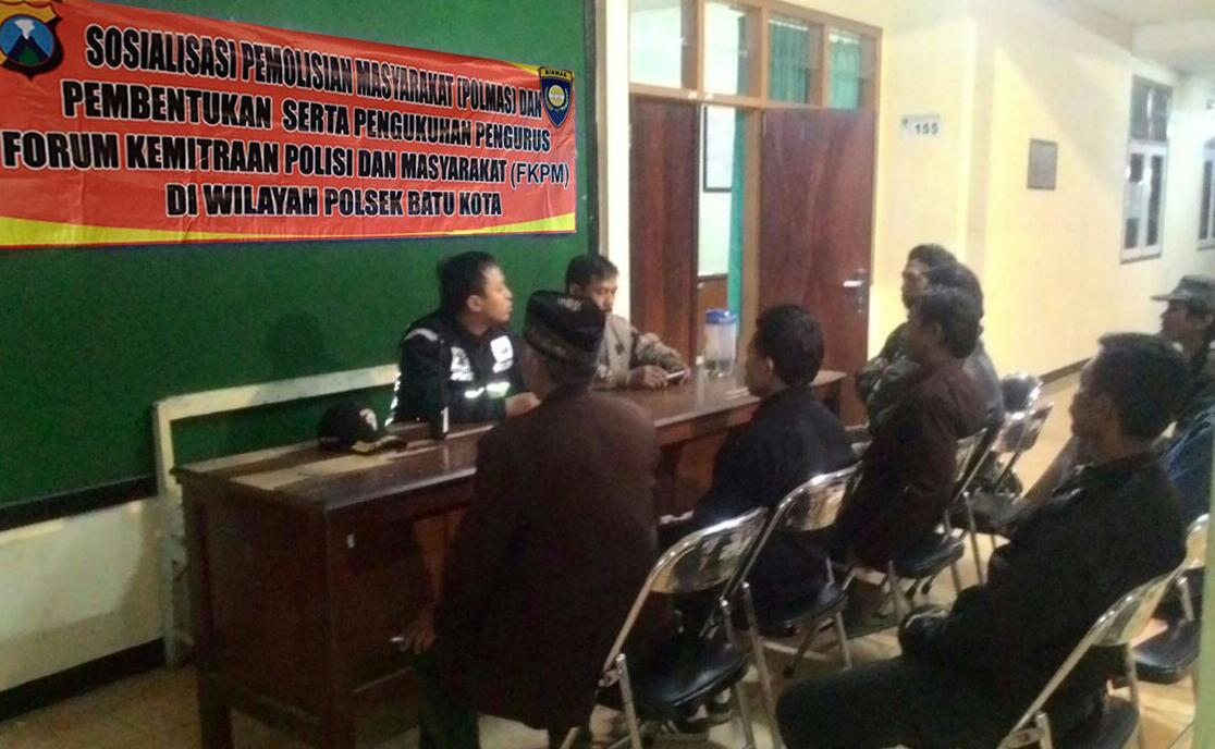 Bhabin Temas Polsek Batu Polres Batu Sosialisasi Polmas Dan FKPM Kepada Warga