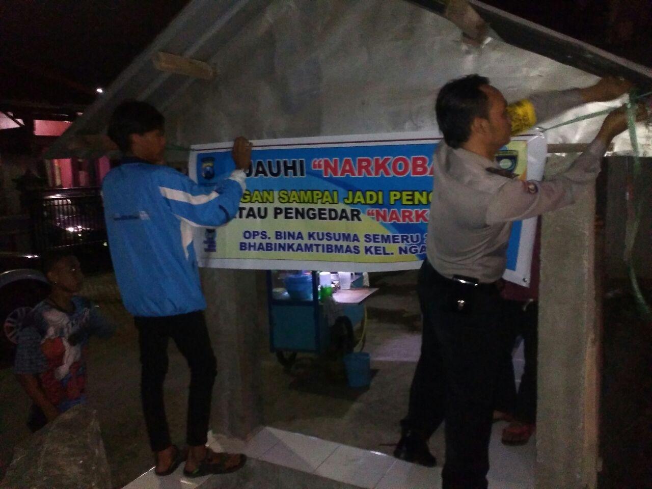 Operasi Bina Kusuma Semeru 2017 Bhabin Kel. Ngaglik Polsek Batu Kota Polres Batu Pasang Banner Himbauan Perangi Narkoba
