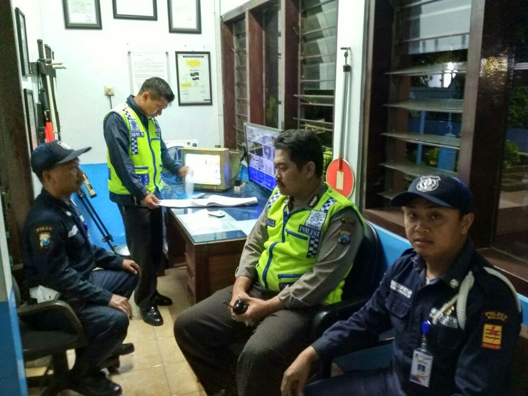 Polsek Junrejo Polres Batu Patroli Dialogis dengan Petugas Keamanan Gardu PLN Junrejo Kota Batu.