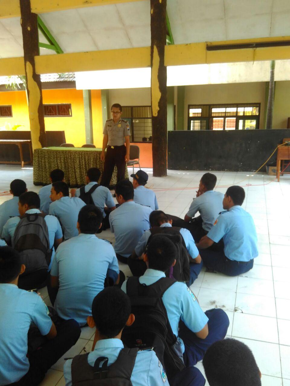Bhabinkamtibmas Desa Pagersari Polsek Ngantang Polres Batu Melaksanakan giat Binluh Kenakalan remaja di SMP Satap dan dilanjutkan DDS