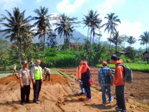 Pembnagunan Penangkaran Burung Desa Waturejo Juga Di Awasi Anggota Polsek Ngantang Polres Batu