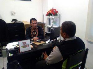 Guna Menjaga Kerukunan Warganya, Anggota Bhabinkamtibmas Polsek Batu Kota Polres Batu Patroli Dengan Warga Desa Binaanya
