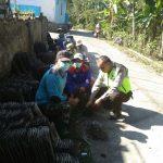 Anggota Bhabinkamtibmas Polsek Ngantang Polres Batu Bersama Warga Kerja Bakti Bedah Rumah