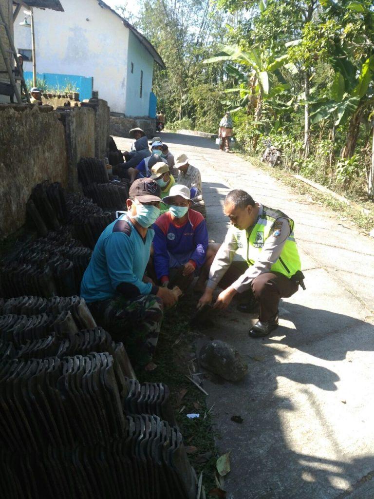 Bhabinkamtibmas Polres Batu Bersama Kerja Bakti Bedah Rumah Warga