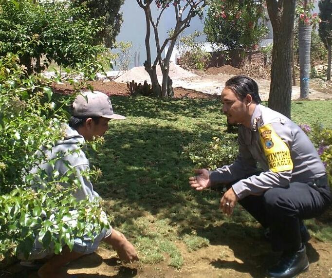 Sambang, Bhabinkamtibmas Polsek Batu Polres Batu Berkunjung Kepada Masyarakat Sampaikan Himbauan Kamtibmas Untuk Menjaga Situasi Kondusif