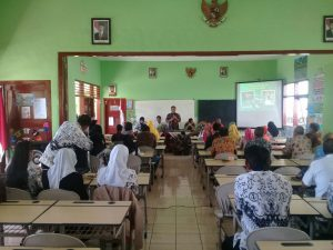 Anggota Bhabinkamtibmas Polsek Batu Menghadiri Acara Di Sekolah Adiwiyata SDN Songgokerto 03 Batu