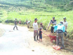 GIAT KERJABAKTI, Bhabinkamtibmas Polsek Pujon Polres Batu Dengan Warga Desa Sukomulyo Kerja Bakti