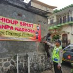 Bhabinkamtibmas Polsek Pujon Polres Batu Memasang Banner Bahaya Penyalahgunaan Narkoba