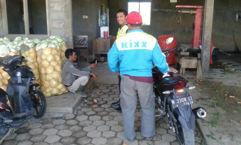 Bhabinkamtibmas Polsek Pujon Polres Batu Sambangi Para Pedagang Sayur dan Dialogis