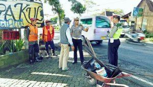 Kasatlantas Polres Batu Berikan Himbauan Kepada Petugas Pengaspal Jalan Agar Tidak Terjadi Kepadatan Arus Lalin