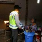 Bhabinkamtibmas desa Bayem Brigadir Sugianto memberi santunan berupa sembako kepada seorang janda tua