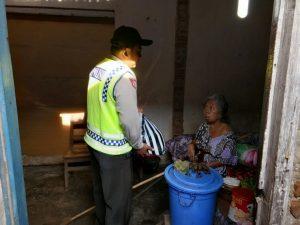 Anggota Bhabinkamtibmas Polsek Kasembon Polres Batu Peduli warga binaan yang menderita penyakit