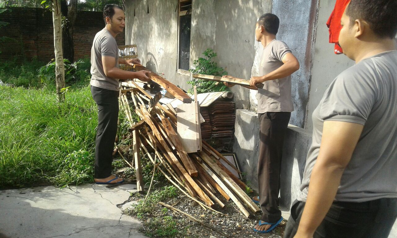 Kapolsek Kasembon Bersama Anggota Polres Batu Giatkan bersih Mako