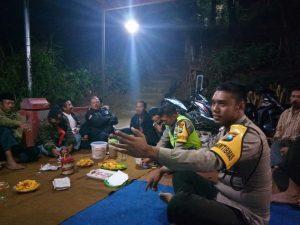 Anggota Bhabin Tlekung Polsek Junrejo Polres Batu Bincang Bincang Dengan Kelompok Tani Desa Binaan