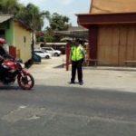 Anggota Polsek Kasembon Polres Batu Laksanakan Pengamanan Sholat Di Masjid Bhaiturohmat