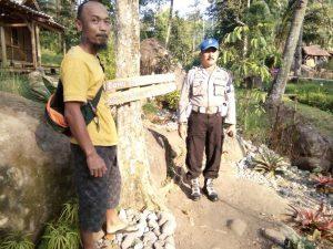 Anggota Kanit Provos Polsek Kasembon Polres Batu Bersama Mantri Pemangku Hutan Larahadi Giatkan Pemantauan Pengunjung Wisata